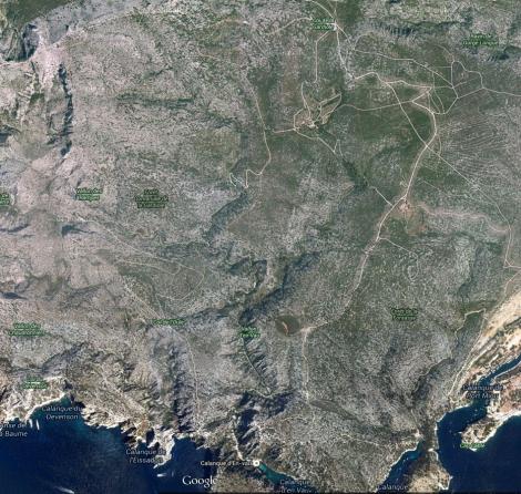Vue satellite de l'approche: le col de la gardiole en haut et la calanque d'en Vau en bas à droite